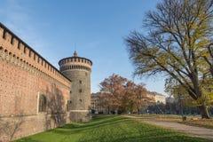 Grudzień 2015 Mediolan Włochy, Sforzesco - kasztel ściana i wierza - Obrazy Stock