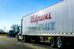 Grudzień 27, 2018 Sacramento, CA, usa/- Walgreens ciężarowy jeżdżenie na międzystanowym fotografia stock