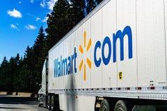 Grudzień 27, 2018 Truckee, CA, usa/- Walmart ciężarowy jeżdżenie na międzystanowym przez sierry góra zdjęcie royalty free