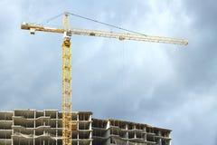 Grue à tour au-dessus de la construction au-dessus du ciel orageux Photo stock