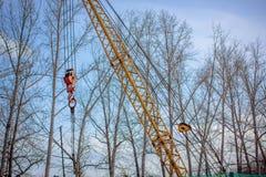 Grue à tour avec la construction en métal de bâtiment de crochet Photographie stock libre de droits