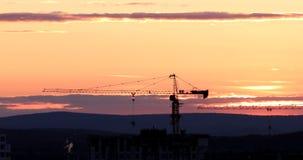 Grue à tour contre le contexte du coucher de soleil Contre-jour Ekaterinburg, Russie Photo stock