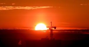 Grue à tour contre le contexte du coucher de soleil Contre-jour Ekaterinburg, Russie Photographie stock libre de droits