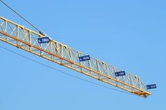 Grue à tour d'industrie du bâtiment contre le ciel bleu clair Image stock