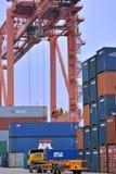 Grue à tour dans le dock de récipient, Xiamen, Chine Photographie stock libre de droits