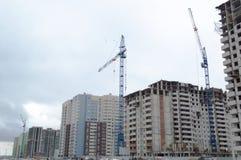 Grue à tour et bâtiment à plusiers étages Image stock