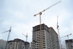 Grue à tour et bâtiment à plusiers étages Photographie stock