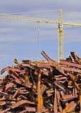 Grue à tour et pile des poutres tordues Photos libres de droits