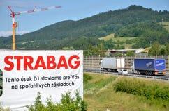 Grue à tour travaillant au chantier de construction de la route du slovak D1, panneau d'affichage de société de bâtiment de Strab Photo libre de droits