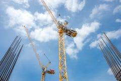 Grue à tour - utilisée dans le chantier de construction avec le ciel et les nuages Photo stock