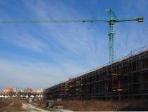 Grue au-dessus d'une nouvelle des bâtiments résidentiels construction Photo stock