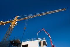Grue au-dessus de chantier de construction Photographie stock libre de droits