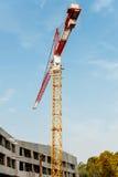 Grue au-dessus de chantier de construction Image stock