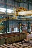 Grue avec l'équipement électrique d'ascenseur d'aimant à l'entrepôt Image libre de droits