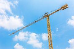 Grue Construction des Bu résidentiels Grue énorme contre le ciel bleu Cr de tour image libre de droits