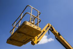 Grue d'ascenseur avec le fond de ciel photos libres de droits