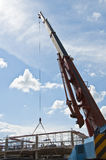 Grue dans le chantier de construction Photos libres de droits