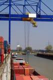 Grue dans un conteneur-port Images stock