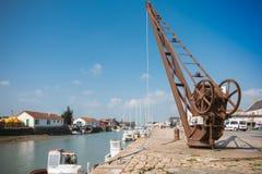 Grue de bord du quai de Noirmoutier Images libres de droits