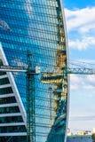 Grue de chantier de construction et tour moderne d'évolution dans la Moscou-ville, Russie photos libres de droits
