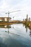 Grue de construction au chantier sur la rivière de Nene, Northampton Image libre de droits
