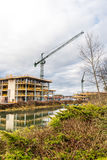Grue de construction au chantier sur la rivière de Nene, Northampton Images stock