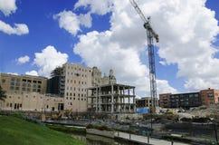 Grue de construction au-dessus de chantier Images libres de droits