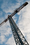 Grue de construction contre le ciel bleu Images stock
