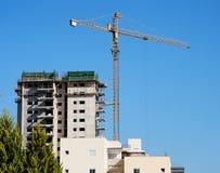 grue de construction de bâtiments se soulevant dessous Photographie stock