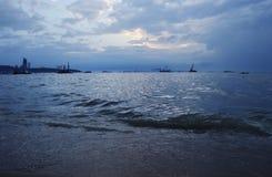 Grue de construction en mer et la ville Photographie stock libre de droits
