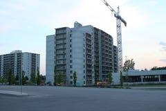 Grue de construction et construction en construction Chantier de construction Grues de construction et bâtiment ayant beaucoup d' Photos libres de droits