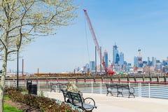 Grue de construction de flottement sur Hudson River, Jersey City à l'arrière-plan image libre de droits