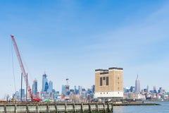 Grue de construction de flottement sur Hudson River, Jersey City dans photo stock