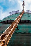Grue de construction pr?s du b?timent image stock