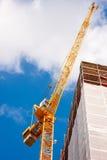 Grue de construction sans compter qu'un bâtiment Image stock
