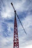 Grue de construction sous un ciel bleu Photographie stock