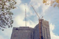 Grue de construction sur de hauts bâtiments Photo stock