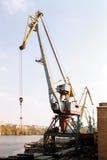 Grue de construction sur le bord de mer Image stock