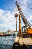 Grue de flottement installant l'empilage en bois pour maintenir les canaux à Venise, Italie photo stock