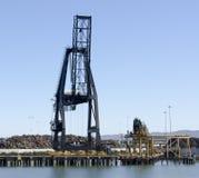 Grue de mitraille au port images stock