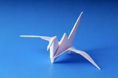 Grue de papier d'origami sur le bleu Photographie stock