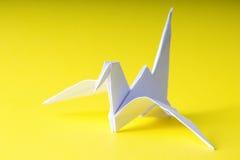 Grue de papier d'origami sur le jaune Images libres de droits