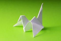 Grue de papier d'origami sur le vert Photo libre de droits