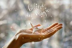 Grue de papier fabuleuse dans la paume de votre main Croyez à la magie Photos libres de droits