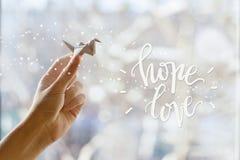 Grue de papier fabuleuse dans votre main Amour d'espoir Images stock
