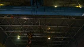 Grue de pont lourde avec le crochet se déplaçant à côté de l'usine banque de vidéos