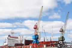 Grue de port au travail Photos stock