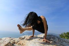 Grue de pratique d'appui renversé d'équilibre de bras de yoga de femme Photos stock