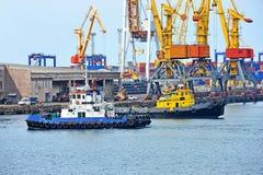 Grue de remorqueur et de cargaison de port Photos libres de droits