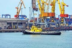 Grue de remorqueur et de cargaison de port Photographie stock libre de droits